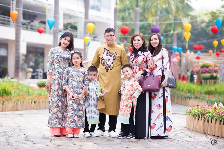 Gia đình chụp hình tết